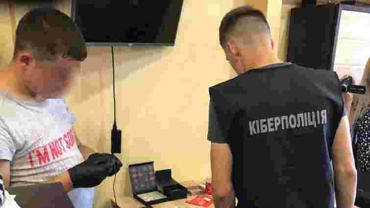 Кіберполіція затримала групу злодіїв, які викрали з карток українців 1,5 млн грн
