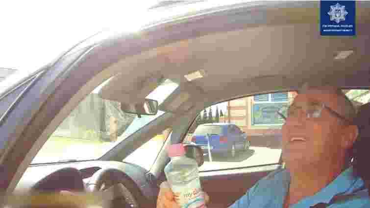 Закарпатські патрульні безкоштовно роздавали водіям воду через тривалу спеку