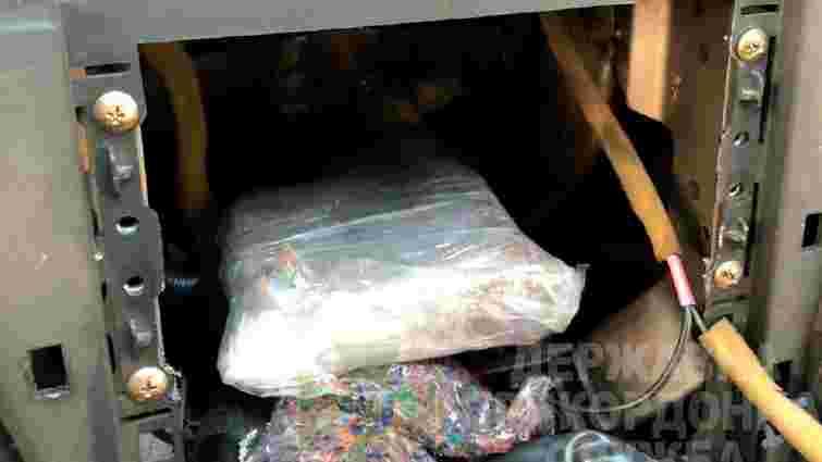 На кордоні у Краковці вилучили понад півкілограма кокаїну