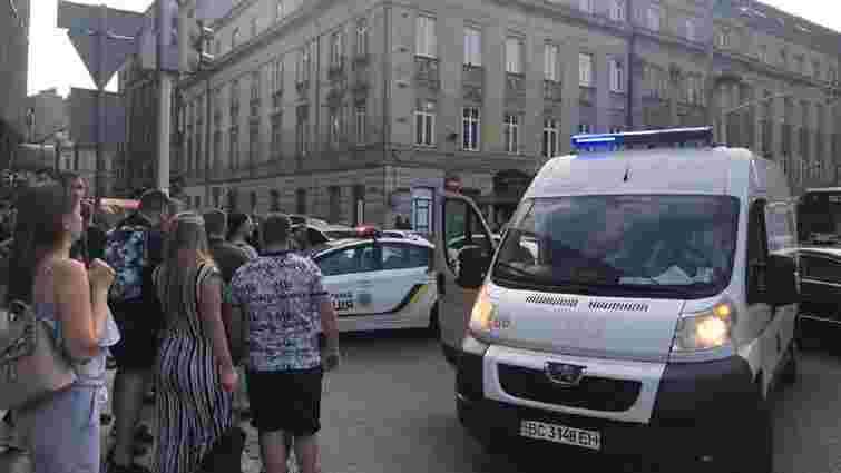 У центрі Львова нетверезий клієнт поранив ножем водія таксі
