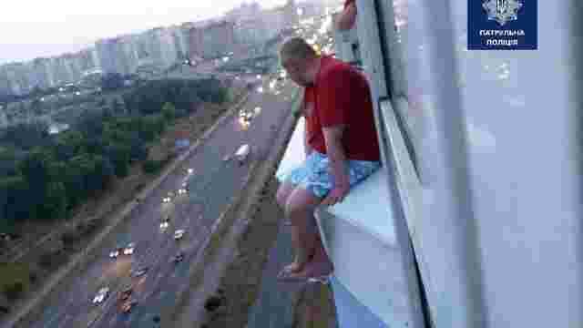 У Києві поліцейський переконав чоловіка не стрибати з вікна, розповівши про свою роботу