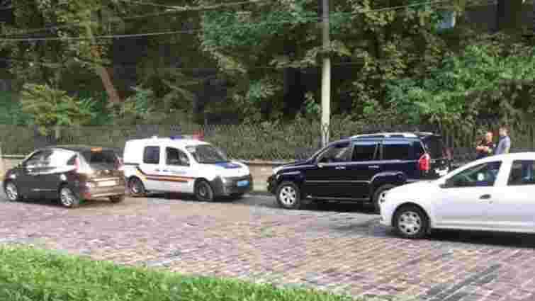 У Львові затримали двох чоловіків на Lexus  із вогнепальною зброєю