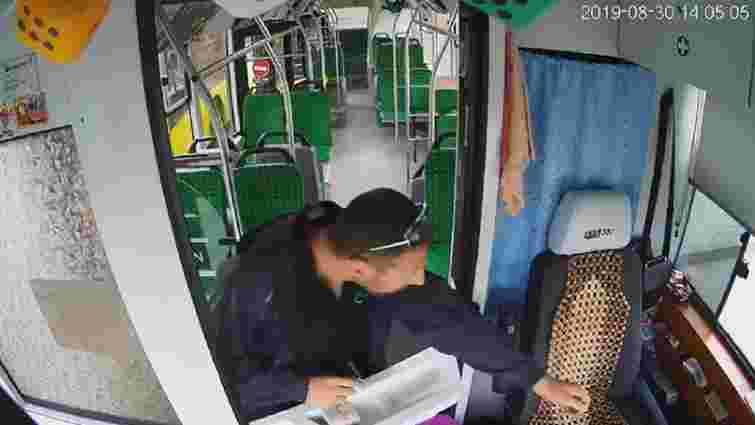 На кінцевій зупинці у Рясному-2 обікрали двох водіїв автобусів №6а