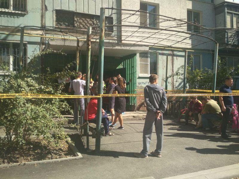 Поліція та місцеві мешканці в під'їзді будинку, де жив Джумаєв