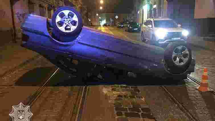 Вночі у Львові  BMW перекинувся на дах після зіткнення з таксі