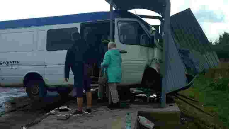 Після ДТП на Львівщині мікроавтобус в'їхав у зупинку громадського транспорту