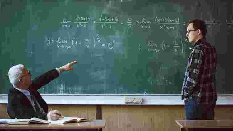 На Буковині вчитель фізики на уроці побив старшокласника через погану поведінку