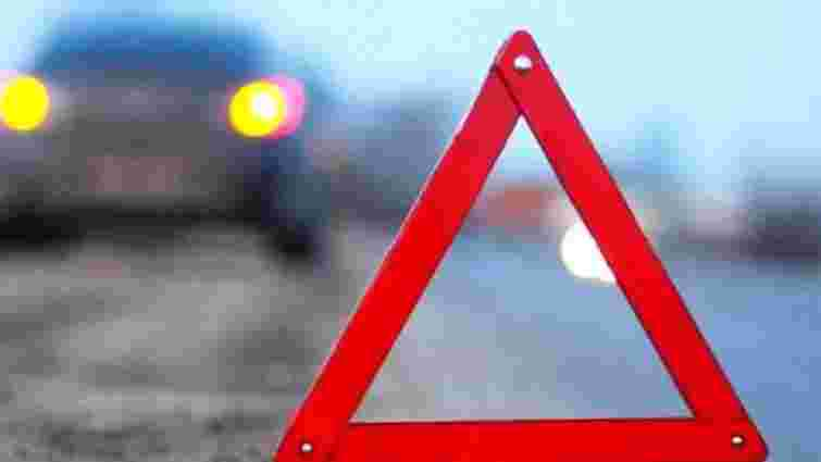 На Пустомитівщині автомобіль в'їхав в електроопору: троє осіб отримали травми