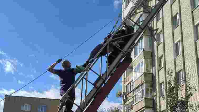 У Стрию робітник втратив свідомість під час виконання робіт на висоті