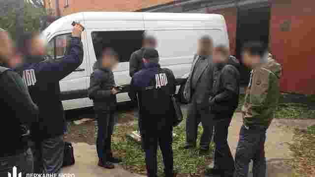 На Львівщині затримали податківця, який змушував торгувати підробленою горілкою