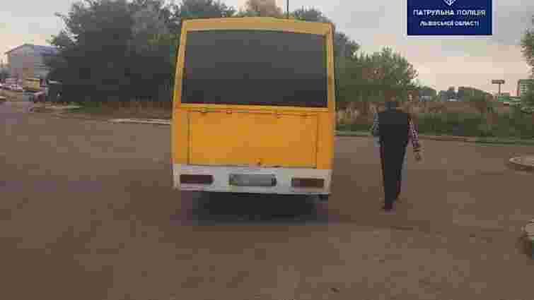 Львівські патрульні оштрафували п'ятьох водіїв маршруток, які скорочували шлях через АЗС