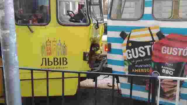 У центрі Львова на вул. Дорошенка зіткнулись два трамваї