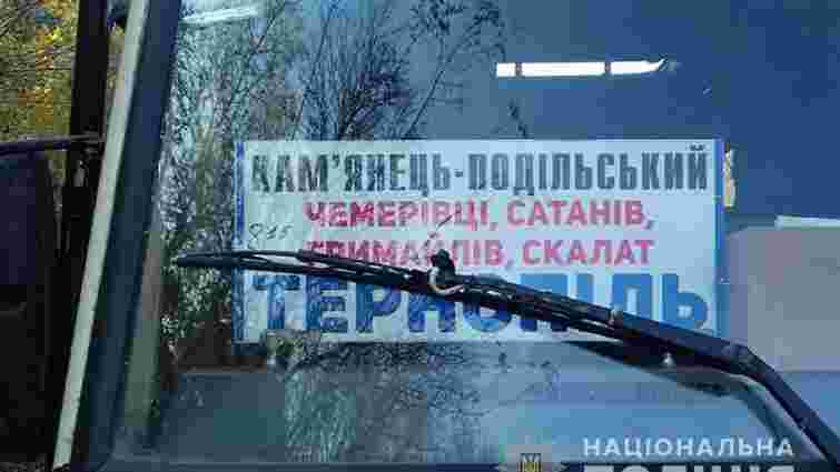 На Тернопільщині школярка на ходу випала з рейсового автобуса і загинула