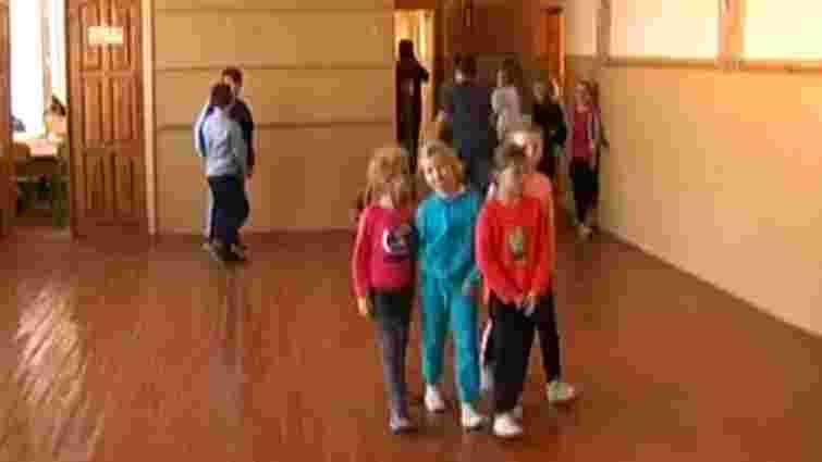 Мати 12-річної школярки з Солонки заявила, що її доньку змусили роздягнутись на уроці