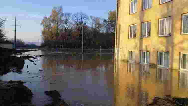Внаслідок прориву на магістральному водогоні у Винниках підтопило школу-інтернат