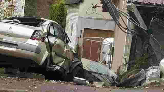 19-річний водій зніс огорожу двох будинків в Рясному