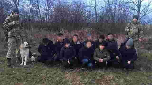 Житель Закарпаття намагався незаконно перевести через кордон з Угорщиною 12 в'єтнамців