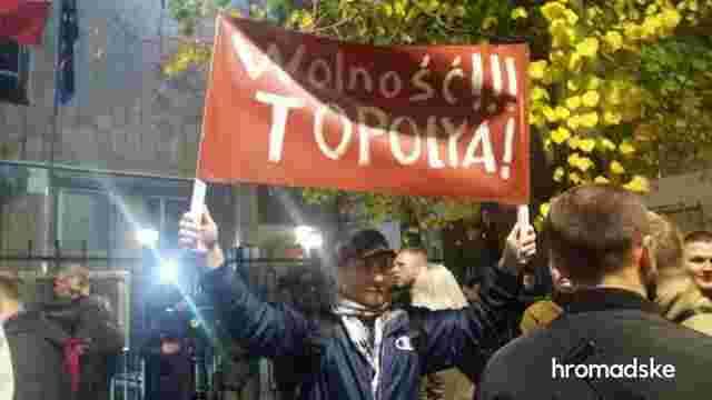 Під посольством Польщі у Києві влаштували акцію на підтримку затриманого українського активіста