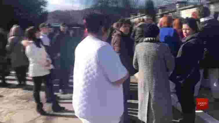 Мешканці Винників заблокували автомобілями під'їзд до місцевого госпіталю