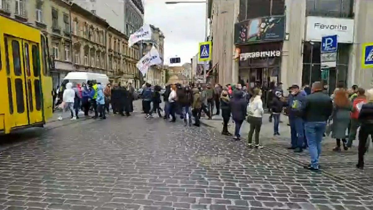 У Львові підприємці перекрили вулиці. Вимагають дозволу на відкриття магазинів з одягом і взуттям , фото-1