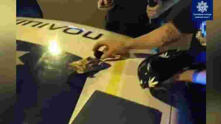 21-річний львів'янин зізнався патрульним, що в пакетику з-під арахісу носить канабіс