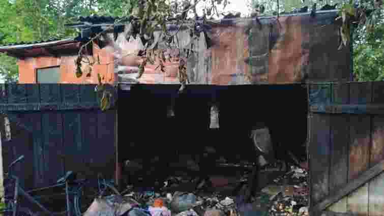 У Бродах унаслідок пожежі в самовільно збудованому гаражі згорів мікроавтобус