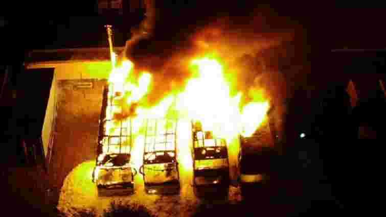 Біля Долини повністю згоріли чотири пасажирські автобуси