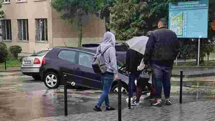 У Львові під колесами автомобіля під час руху провалився асфальт
