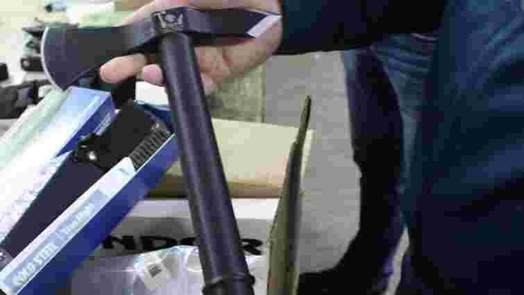 Львівські митники виявили у поштовій посилці зі США ножі та сокири