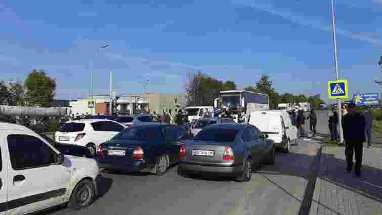 Учасники політичної акції перекрили кільцеву дорогу біля Рудного