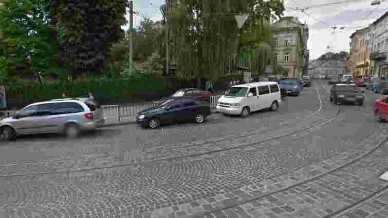 Мама кандидата в мери Львова Назарія Брезіцького зводить самобуд у центрі міста