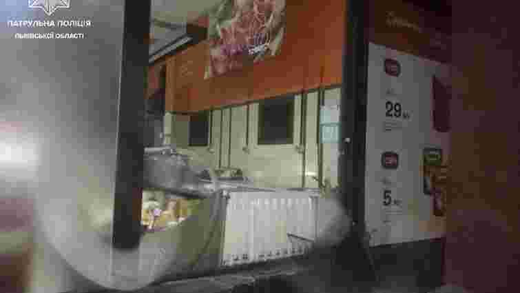 Львівські патрульні затримали чоловіка, який вночі проник у супермаркет і чуже авто