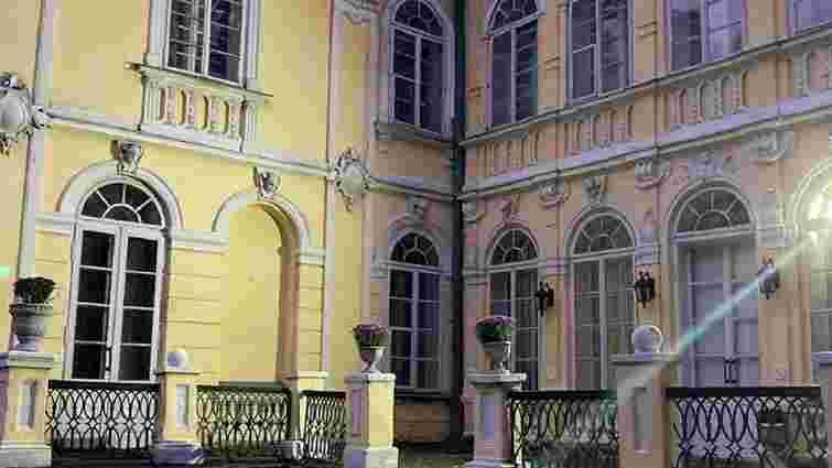 Для зйомок фільму у палаці Фредрів-Шептицьких на Львівщині пофарбували фасад