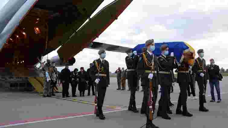 До Львова прибув літак із тілом загиблого під Чугуєвом курсанта Ростислава Булія