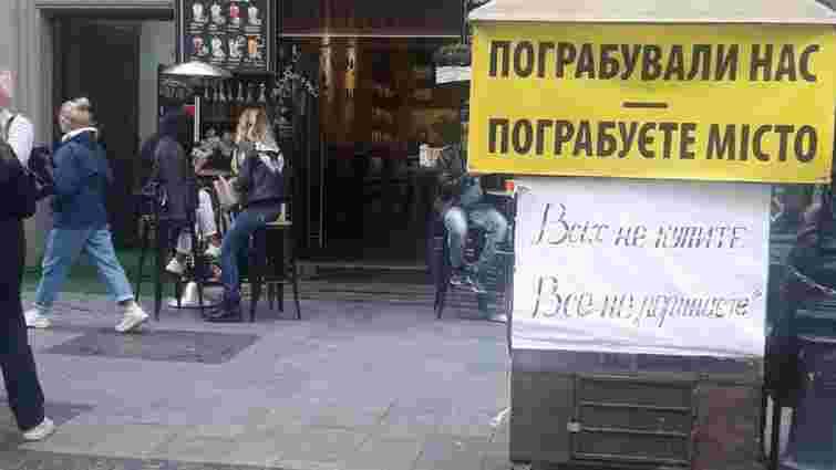 Торговці сувенірами з площі Ринок пікетують ресторан Козловського