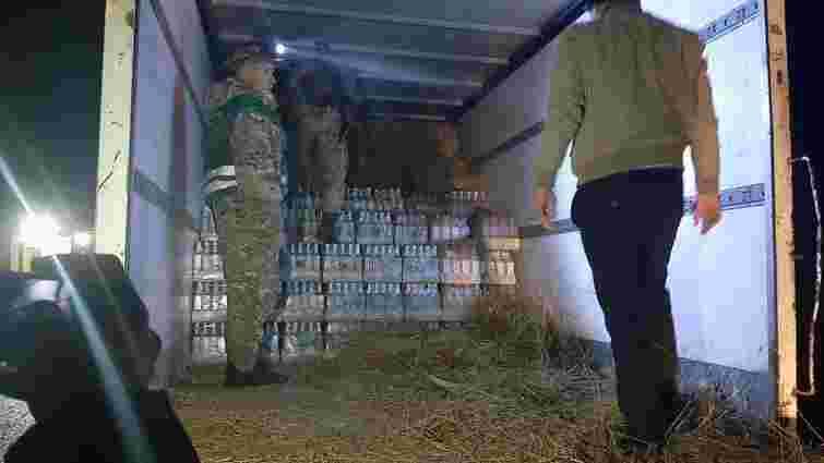 Львівські прикордонники виявили понад 5 тис. пляшок підробленої горілки у тюках сіна