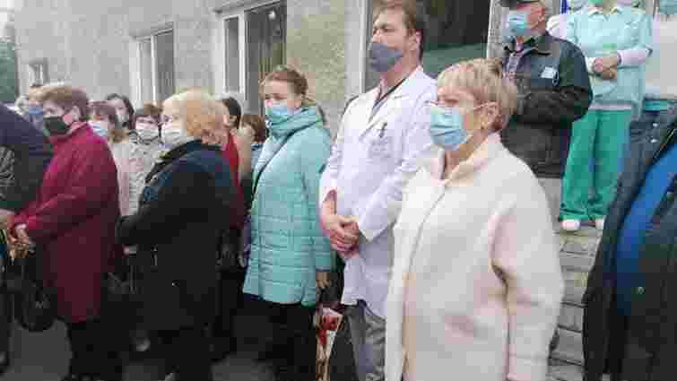 Лікарі мітингували у Луцьку проти відкриття в пологовому будинку інфекційного шпиталю