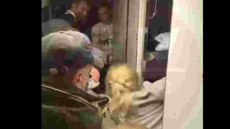Потяг «Львів – Київ» екстрено зупинили через двох неадекватних дівчат