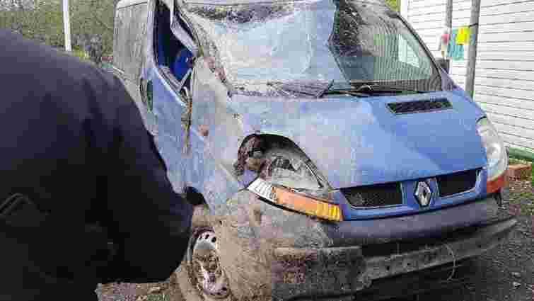 Унаслідок перекидання мікроавтобуса на Самбірщині постраждали двоє дітей