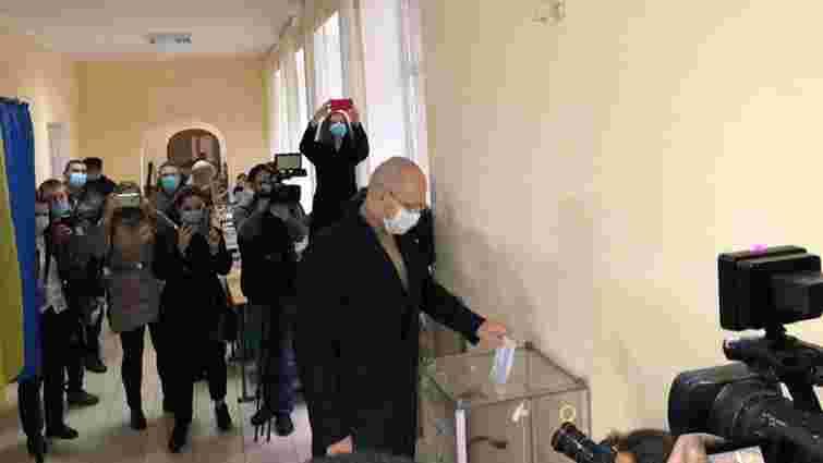 Прем'єр-міністр разом з сім'єю проголосував на виборах у Львові