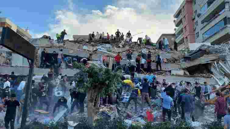 Унаслідок сильного землетрусу в Ізмірі зруйновані будинки, є загиблі та поранені