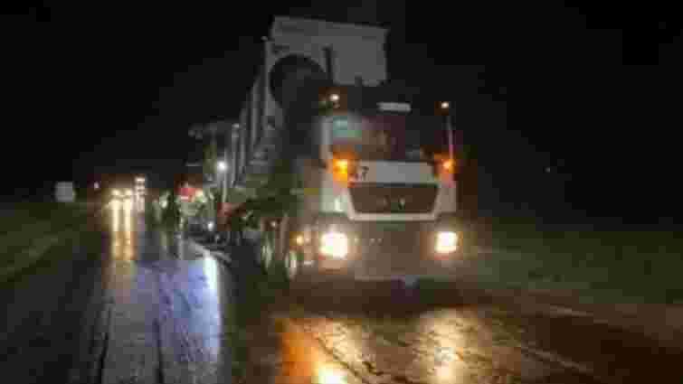 Під час ремонту дороги біля Жовкви асфальт клали у зливу