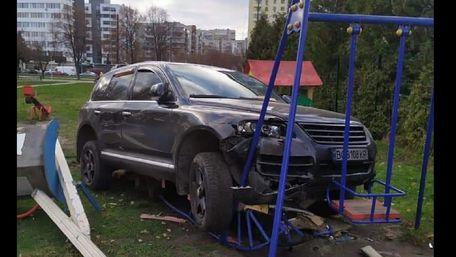 Львівський поліцейський на  VW Touareg врізався у дитмайданчик біля свого будинку