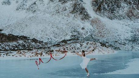 Дівчина на ковзанах танцює на найвисокогірнішому озері України. Фото дня
