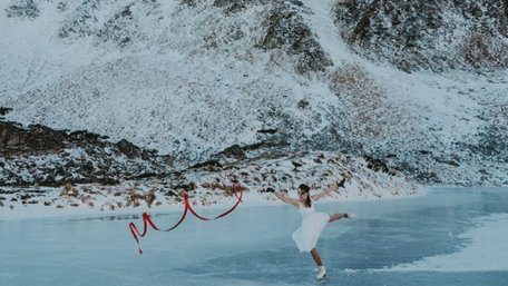 Дівчина на ковзанах танцює на льоду найвищого озера у Карпатах. Фото дня