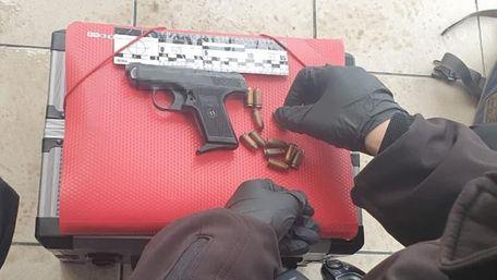 У Львові безпритульний намагався на вулиці продати пістолет перехожому