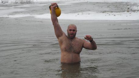 В Івано-Франківську влаштували змагання з підіймання гирі в ополонці. Фото дня
