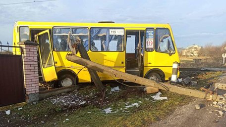 На Львівщині маршрутка з пасажирами зіткнулась з поїздом