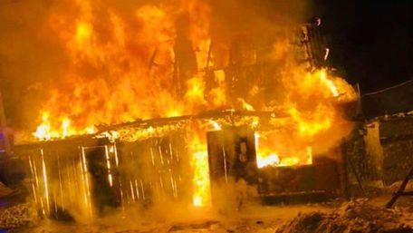 Сім'я з п'ятьма дітьми залишилася без житла після пожежі у селі на Радехівщині