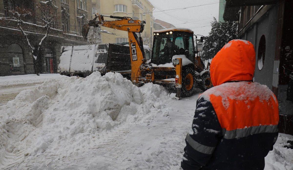 Львів'яни взяли лопати: фото засніженого Львова